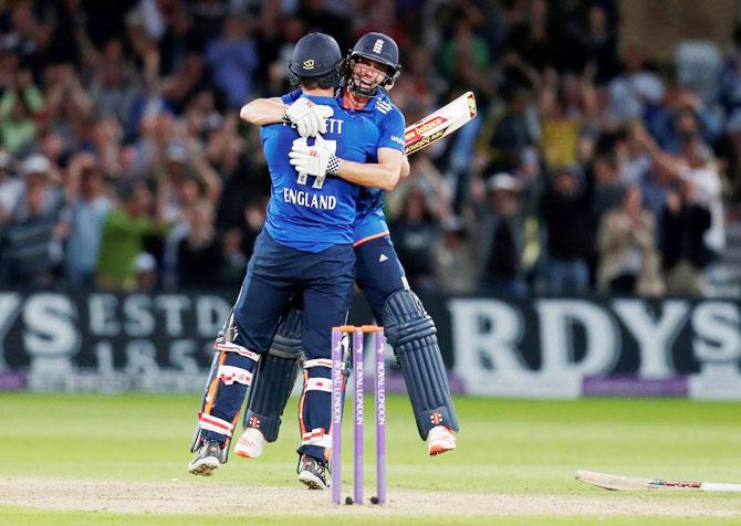 Rediff Cricket - Indian cricket - 1st ODI: Plunkett hits last-ball six as England tie with Lanka