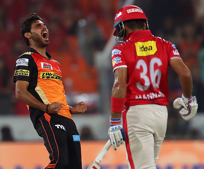 Rediff Sports - Cricket, Indian hockey, Tennis, Football, Chess, Golf - IPL: Five-star Bhuvneshwar bowls Sunrisers to victory