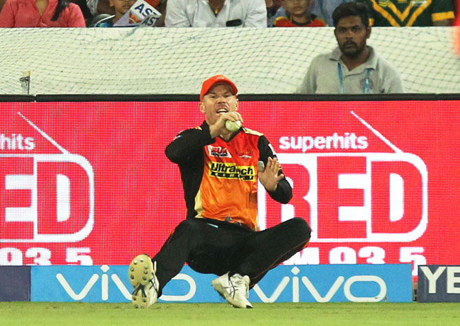 Surisers Hyderabad's captain David Warner takes a good catch on the boundary line to dismiss Delhi Daredevils' dangerous batsman Rishabh Pant