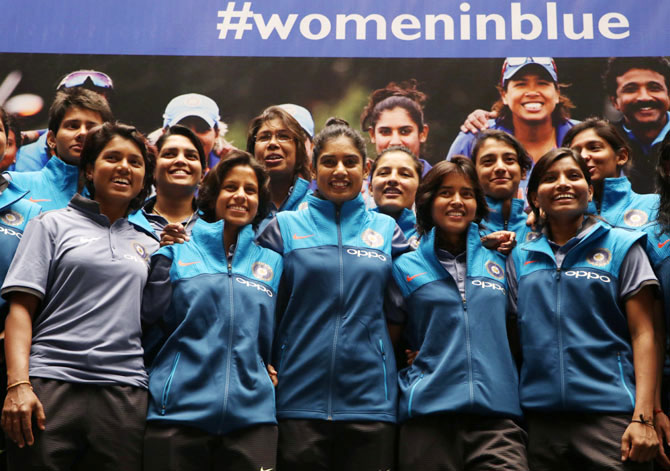 Rediff Sports - Cricket, Indian hockey, Tennis, Football, Chess, Golf - Railways award Rs 1.30 cr to women cricketers