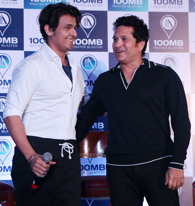 Sonu Nigam with Sachin Tendulkar at the event