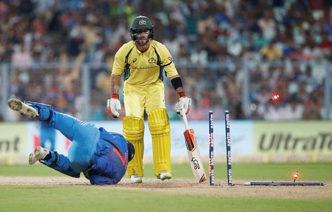 M S Dhoni runs out Glenn Maxwell
