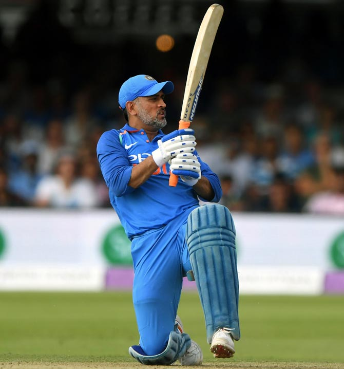 Rediff Sports - Cricket, Indian hockey, Tennis, Football, Chess, Golf - After Kohli, assistant coach Bangar comes to Dhoni's defence