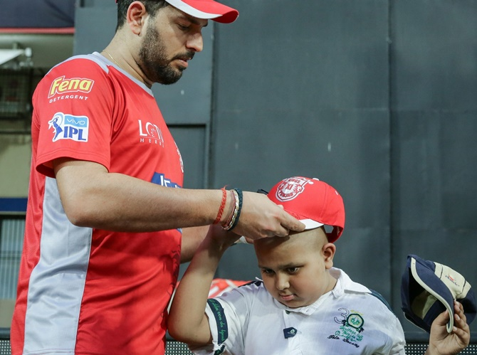 Rediff Cricket - Indian cricket - PIX: Yuvraj brings smile to a fan's face