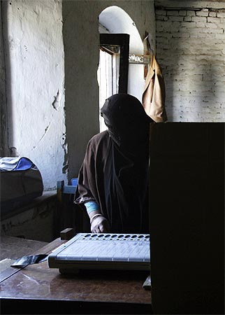 A Kashmiri votes in Anantnag, April 30, 2009