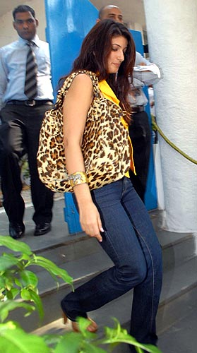 Sport trendy accessories like these celebs rediff getahead for Interior designs by twinkle khanna