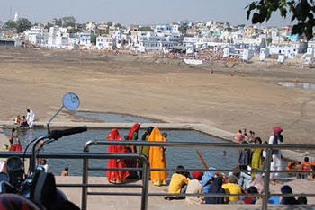 It is said that no pilgrimage is complete without a holy dip in the Pushkar Lake.