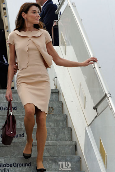 Carla Bruni steps off the French Presidential aircraft in Bangalore, December 4, 2010