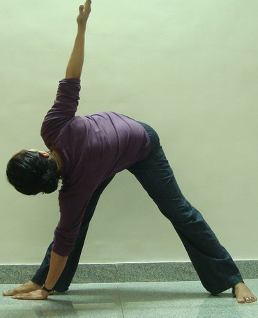 Trikonasana (Triangle pose): Advanced Version 1
