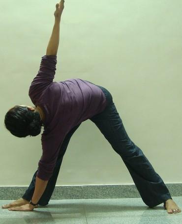 Trikonasana (Triangle pose): Advanced Version 1