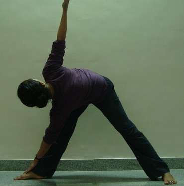 Trikonasana (Triangle pose): Advanced version 2