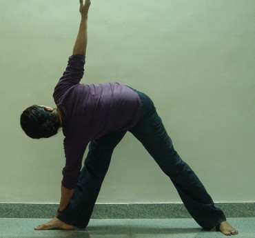 Trikonasana (Triangle pose): Advanced version 3