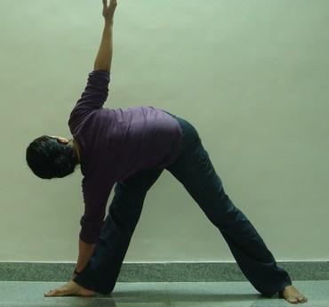 Trikonasana (Triangle pose): Advanced version 3