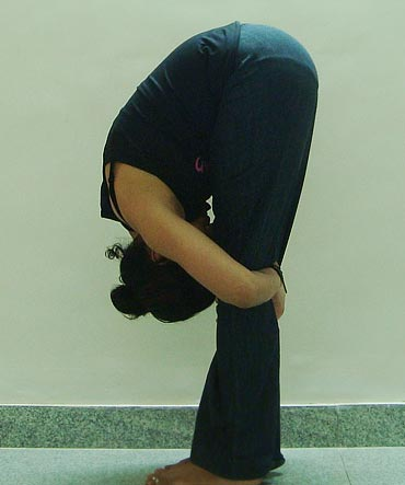 Uttansansa (Forward bend, Advanced variation 2):