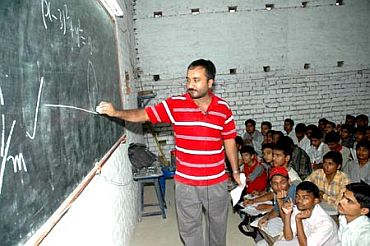 Anand Kumar teaching his class of Super 30