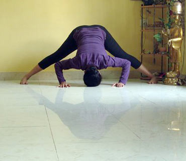 Prasarita padottanasana (Wide-legged spread angle pose, advanced version)