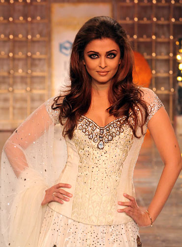 56ec3ac7e9432 Aishwarya Rai Bachchan for Manish Malhotra at HDIL India Couture Week