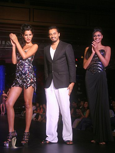 Manasvi and Neha flank Gavin Miguel on the ramp