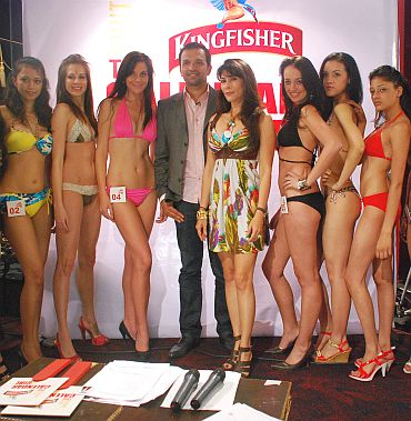 Atul Kasbekar and Feroze Gujral pose with the Delhi finalists