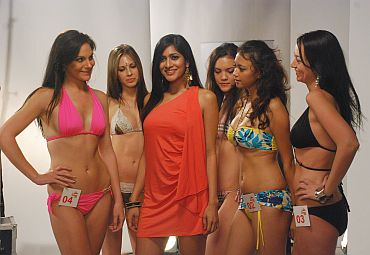 Himarsha Venkatsamy poses with contestants
