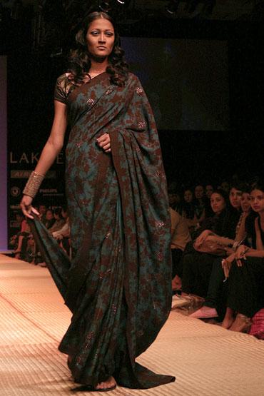 Pix Swadeshi Style Batik Beauties On The Ramp Rediff Getahead
