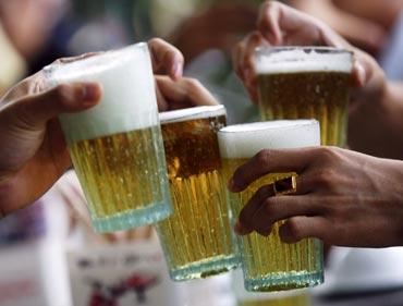 Men drinking beer at a restaurant