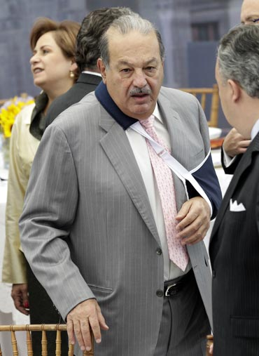 Mexican tycoon Carlos Slim (C) arrives to attend a dinner in honour of Argentina's President