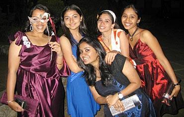 (LtoR) Harini Iyer, Kannan Dubal, Pooja Pradeep, Anjana Iyer and Rohini AjayKumar (in red)