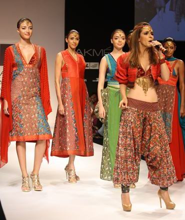 Raageshwari Loomba sings as models look on at the Pallavi Goenka showing