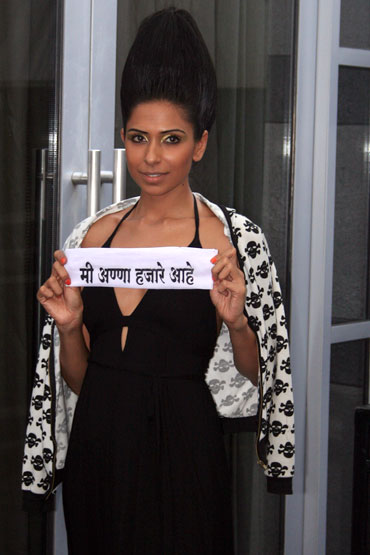 Model Candice Pinto shows her support for Anna Hazare