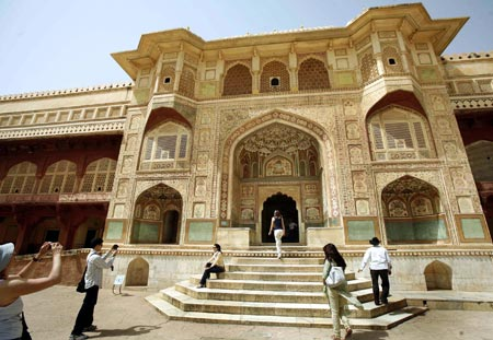 Tourists visit Amber palace in Jaipur, capital of India's desert state of Rajasthan May 16, 2008. Police probed on Thursday whether Indian Islamist groups or Bangladeshi infiltrators were behind bombings in Jaipur that killed 61 people this week, but made no major arrests.