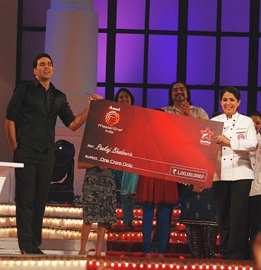 MasterChef India host and judge Akshay Kumar presents Pankaj Bhadouria with the prize cheque of Rs 1 crore