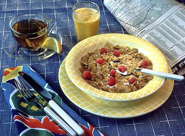 Enjoy a breakfast with oatmeal soaked in skimmed milk with fresh fruit