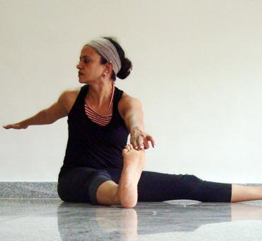 Druta merudandasana or Dynamic spinal twist