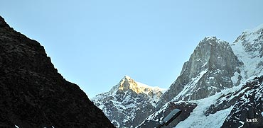 The first rays of the rising sun fall on Kedar Peak.