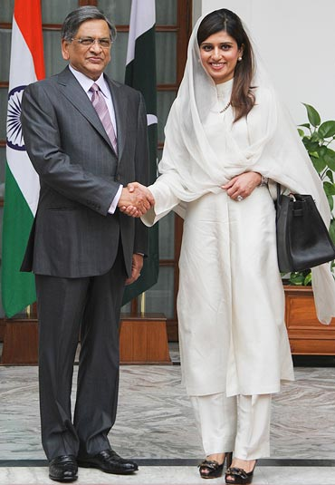 Pakistan's Foreign Minister Hina Rabbani Khar (R) shakes hands with Indian counterpart Somanahalli Mallaiah Krishna before their meeting in New Delhi July 27, 2011
