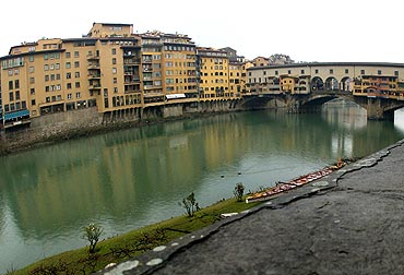 A view of the Ponte Vecchio and Arno tiber in Florence.