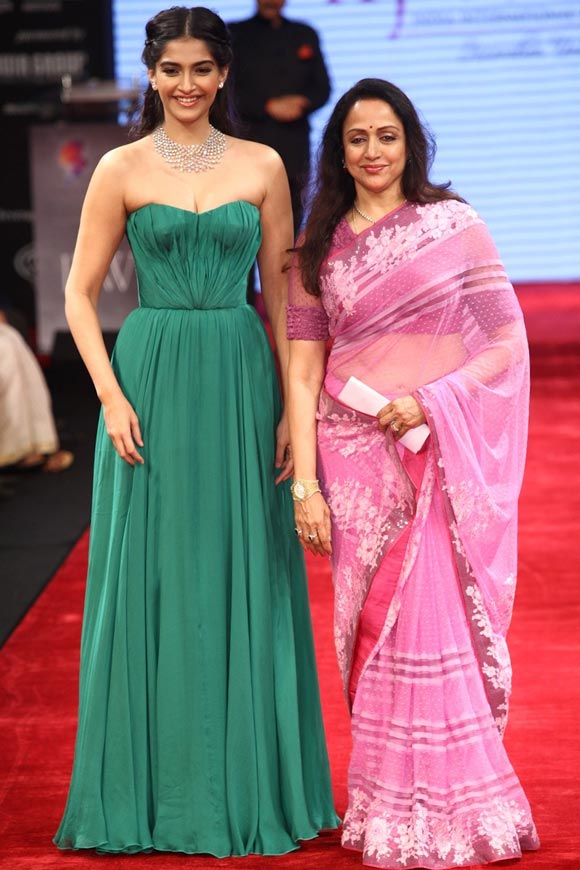 Sonam Kapoor and Hema Malini at the IIJW 2012