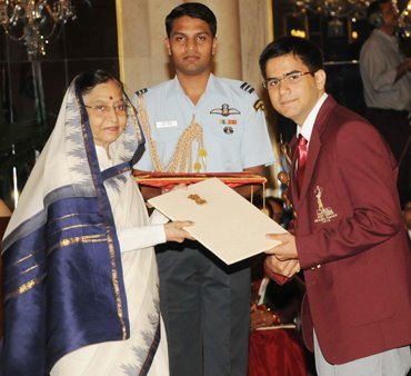 Parimarjan Negi receiving an award from former President Pratibha Patil