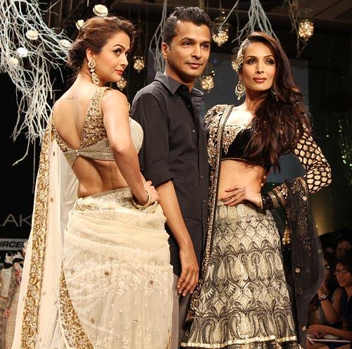 Amrita and Malaika pose with Vikram Phadnis