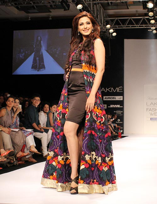 YUMMY MUMMY: Sonali Bendre sizzles on the ramp!