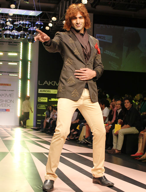 Vivan Bhatena does a Mick Jagger on the ramp