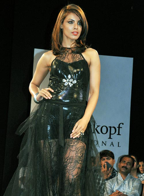 Deepti Gujral models one of the Essential Looks by Schwarzkopf Professional