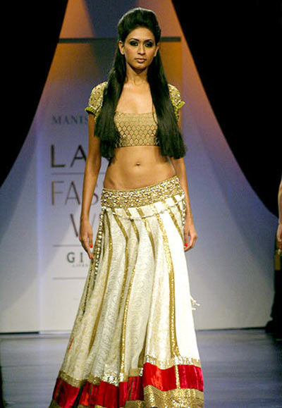 If you're top-heavy, a choli with natural shoulder line and 'V' or 'U' neck is preferable