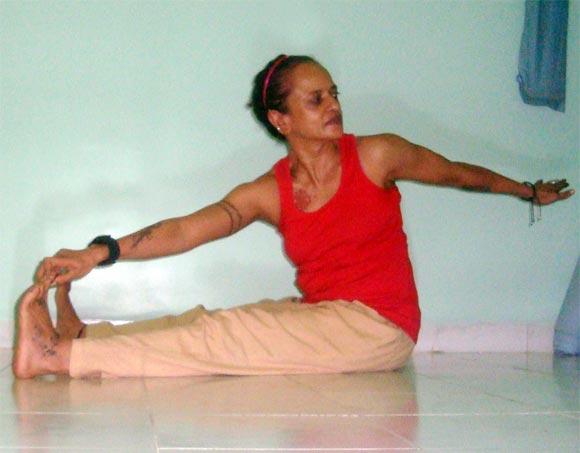 Gatyakmakmeruwakrasana (Dynamic spinal twist)