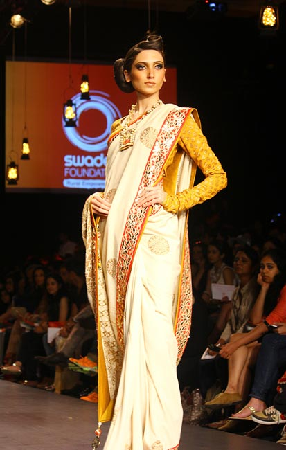 IN PICS: Sexy saris set the runway on fire