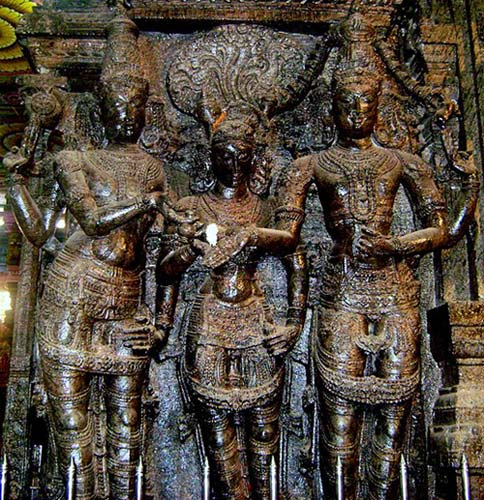 An iconic statue inside the temple which depicts Lord Vishu handing over his sister Meenakshi in marriage to Shiva
