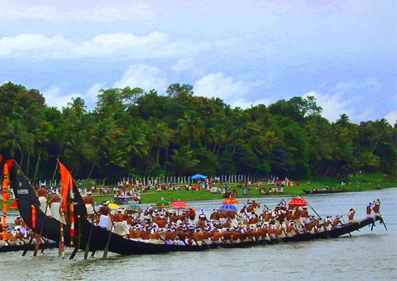 Watch the snake boat race in Kerala