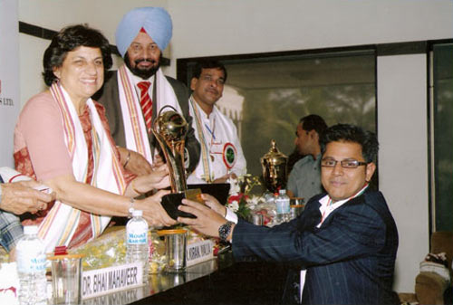 Sudheer Nair receiving the Business Leadership Award from education minister Dr Kiran Walia in New Delhi on March 17, 2009