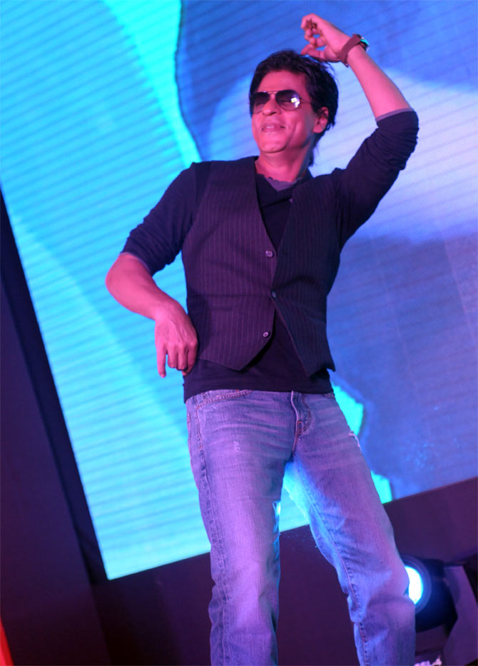 Shah Rukh Khan regaling the audience with his 'lungi' dance from Chennai Express